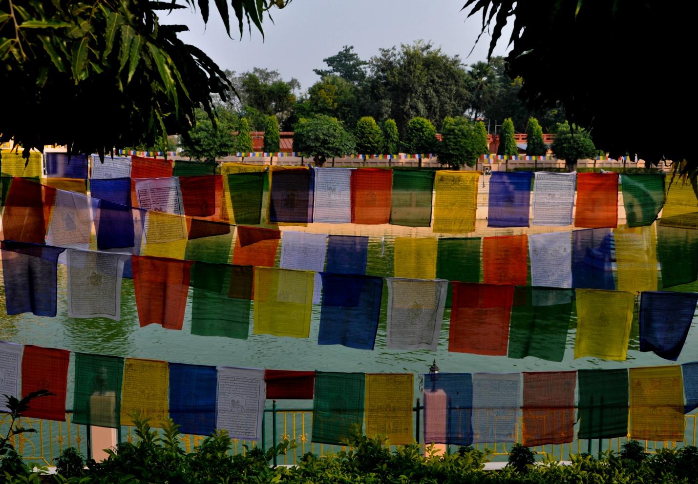 Молитвенные флажки в Бодхгая, Индия