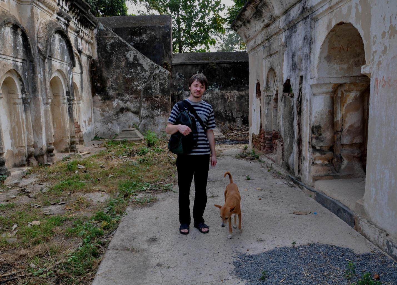 Калушевич с собакой во дворе храма, Бодхгая, Индия