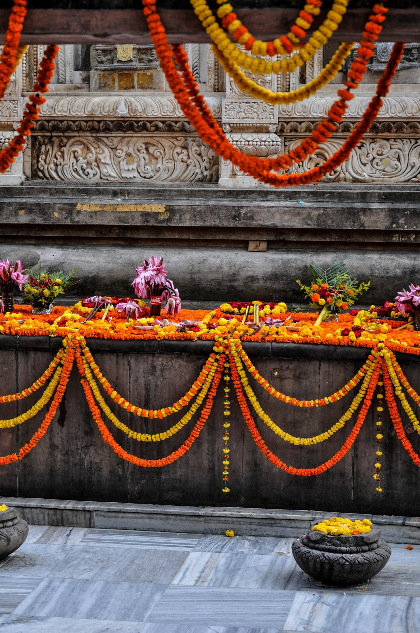 цветы в храме Махабодхи, Бодхгая, Индия