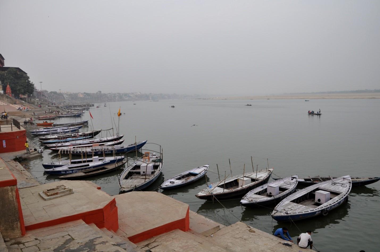 лодки на набережной в городе Варанаси, Индия