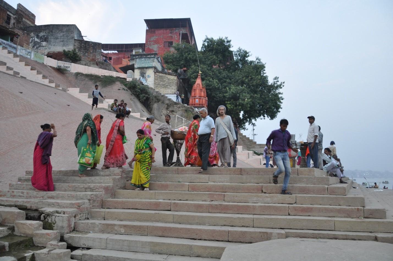 разноцветная толпа на набережной в городе Варанаси, Индия
