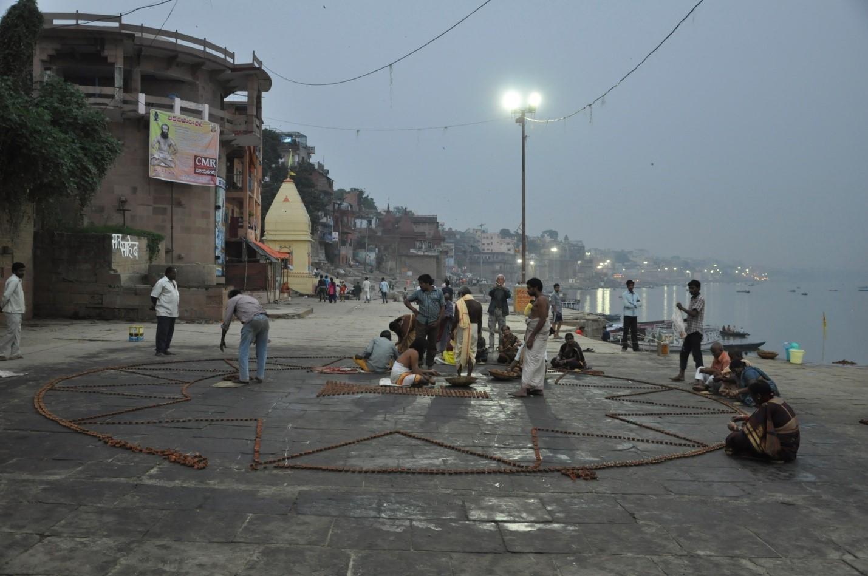 Раскладывание свечей на набережной в Варанаси, Индия