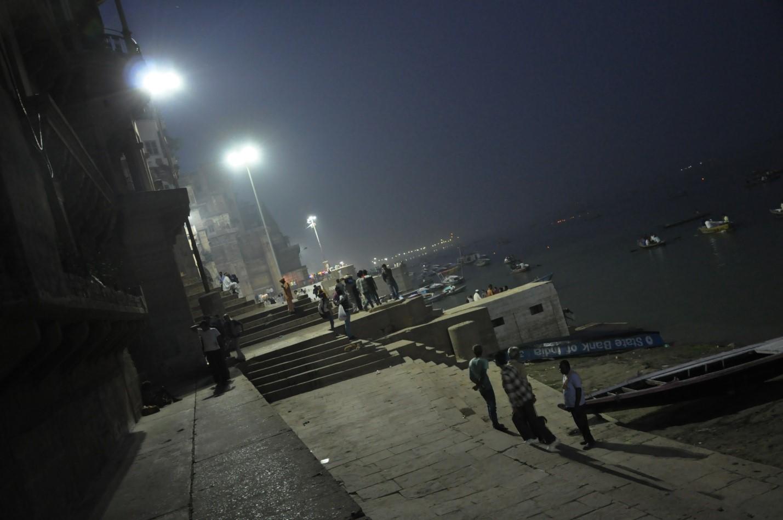 ночь на набережной в городе Варанаси, Индия
