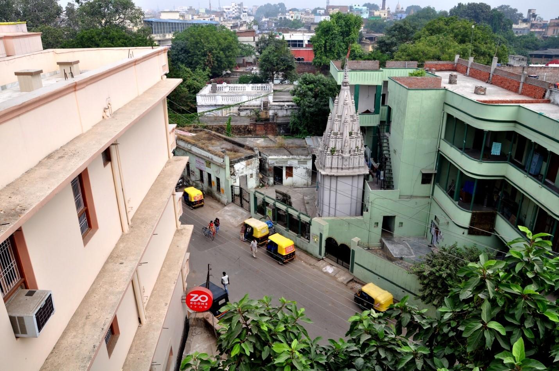 Вид с крыши на город и улицу в Варанаси, Индия