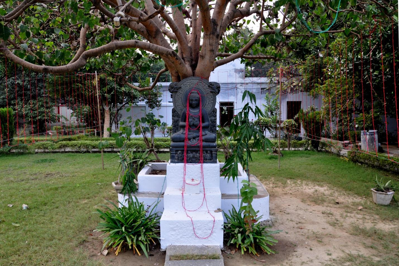 статуя Будды в Японском храме в Индии