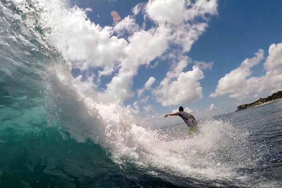 Серфер поймал волну на Бали