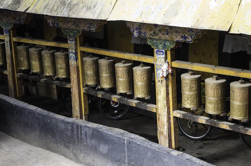 Молитвенные барабаны в монастыре в Лхасе