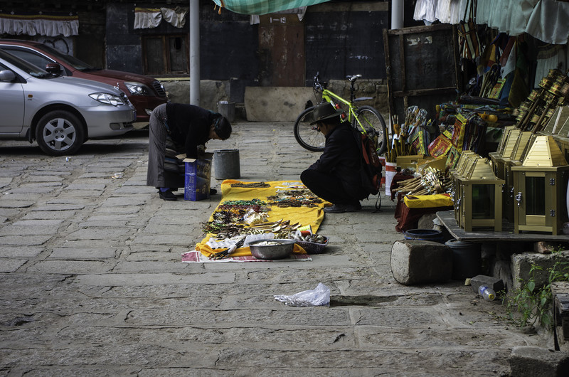 Торговец во дворе монастыря в Лхасе