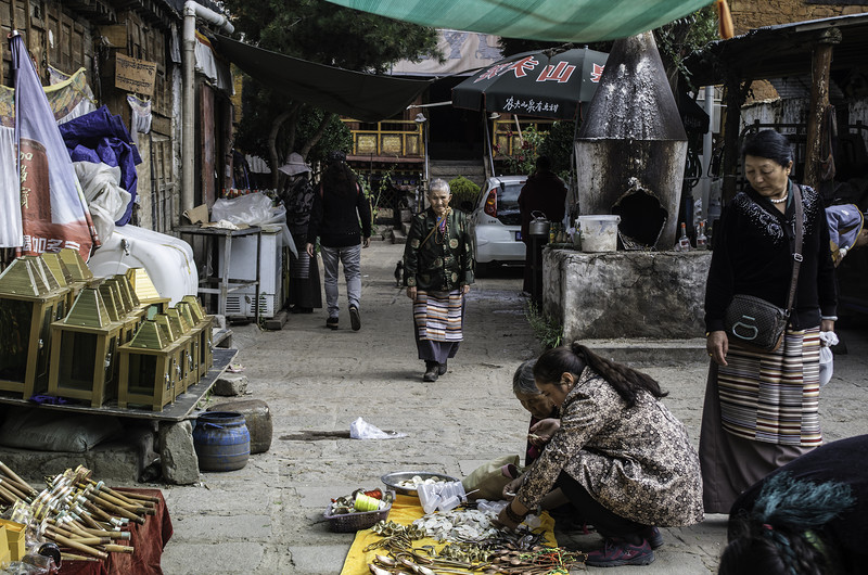 Торговля во дворе монастыря в Лхасе