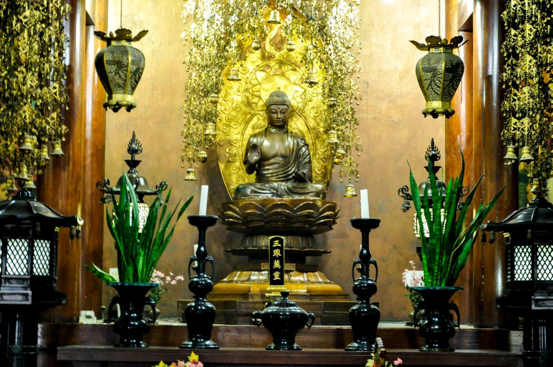 Внутри японского храма, Бодхгая, Индия