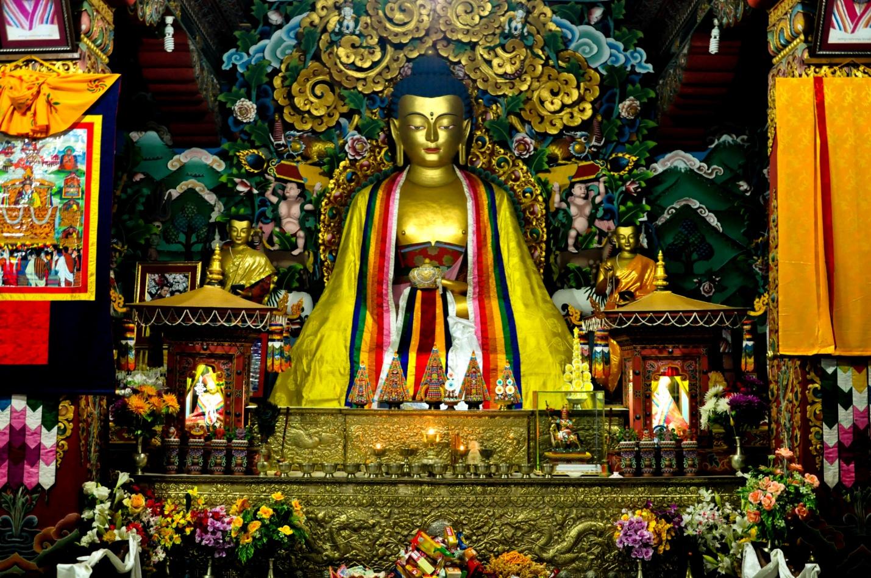 Внутри бутанского храма, Бодхгая, Индия