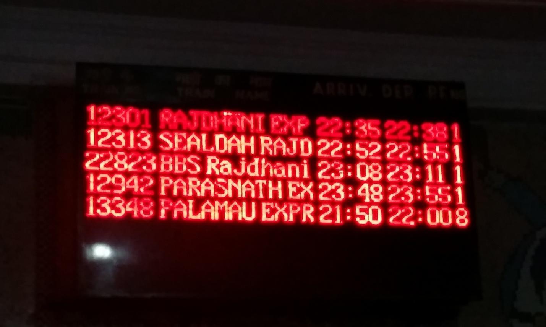 Табло расписания поездов на вокзале в Индии