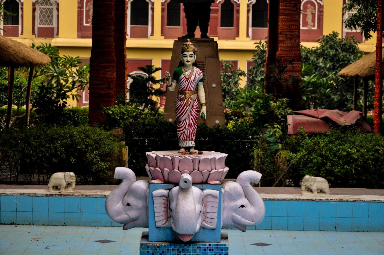 Статуя-фонтан в саде в храме Лакшми-Нараян. Дели, Индия
