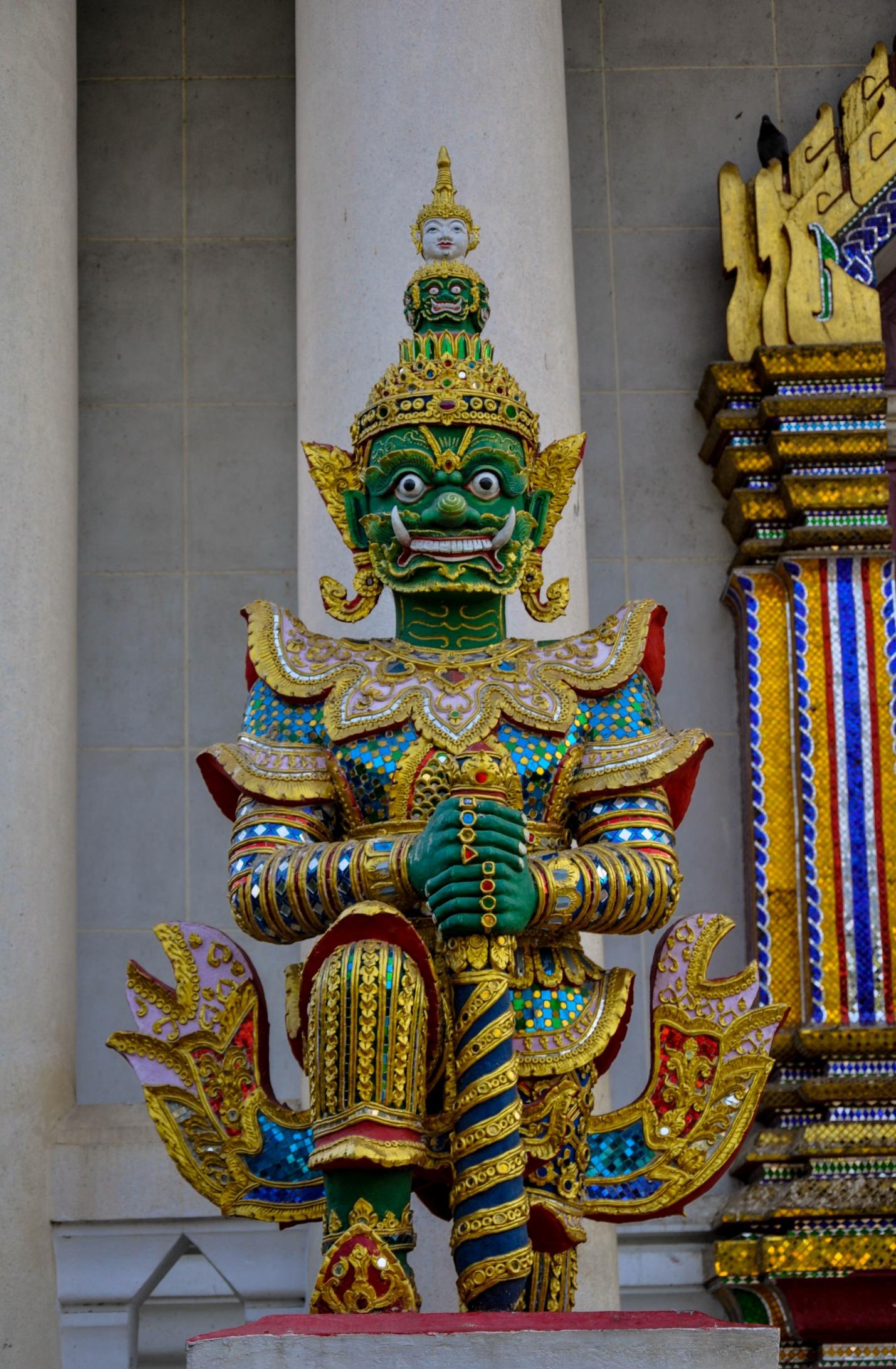 Статуя на входе в тайский храм, Бодхгая, Индия