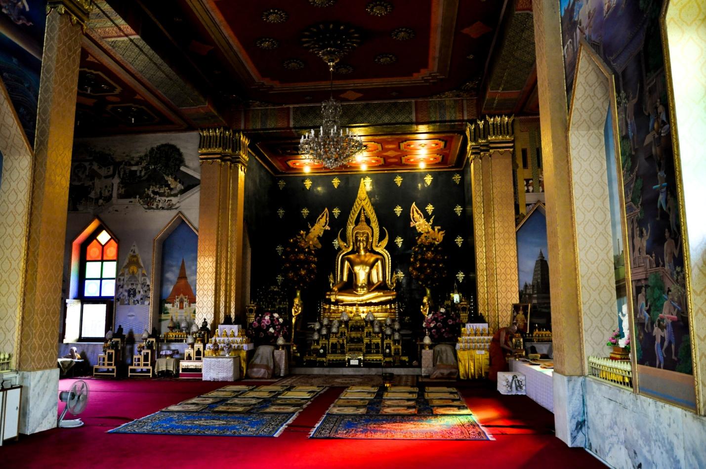 Внутри тайского храма в Бодхгая, Индия