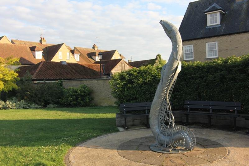 Статуя угря в городи Или, Англия