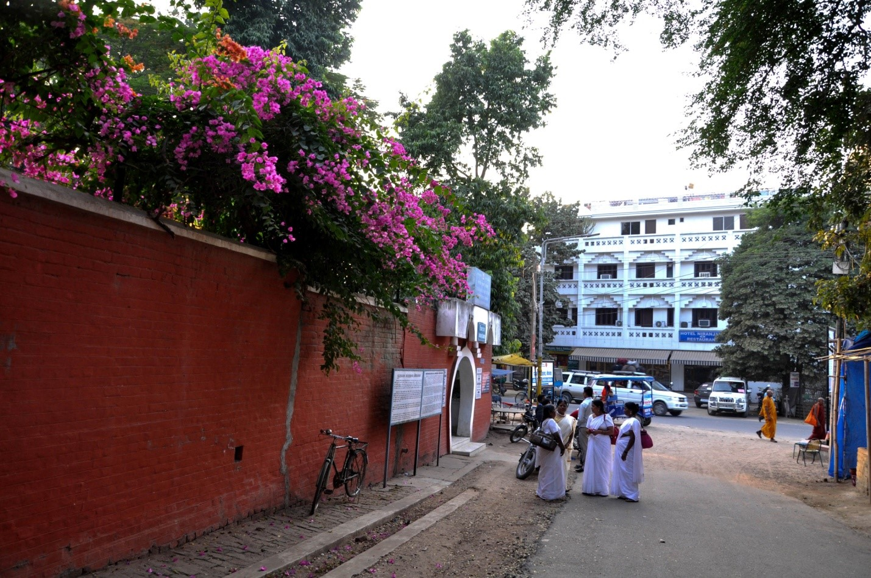 Местные жители на улице в Индии