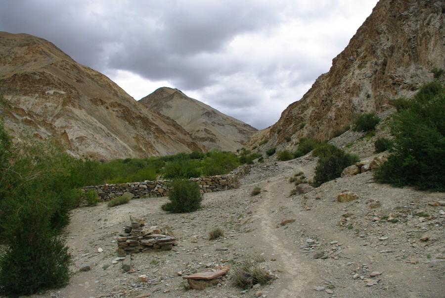 Тропа между гор в Гималаях, Индия
