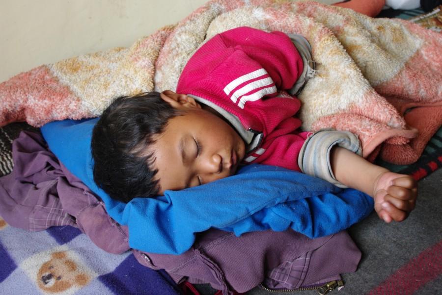 Спящий ребенок в Гималаях, Индия