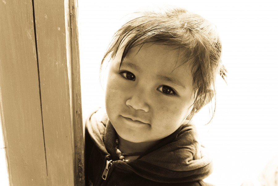 Деревенский ребенок в Гималаях, Индия