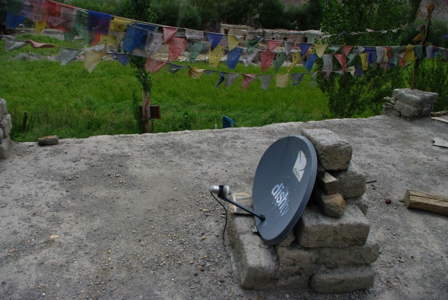 Спутниковая тарелка и молитвенные флажки, Гималаи, Индия