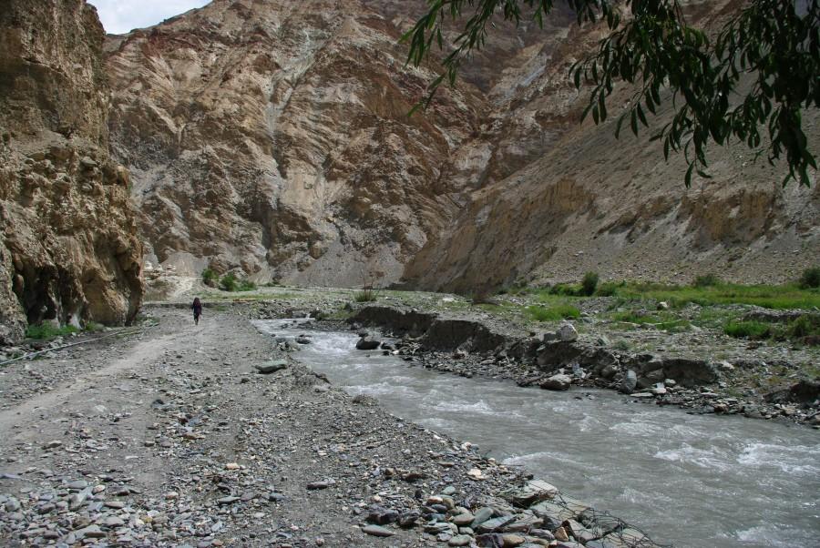 Тропа и горная река в Гималаях, Индия