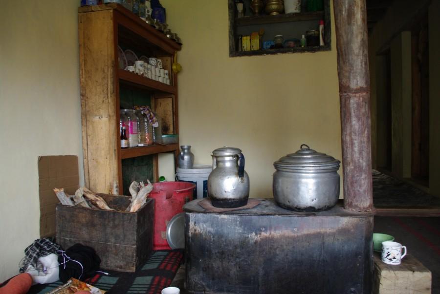 Внутреннее убранство кухни дома в Гималаях, Индия