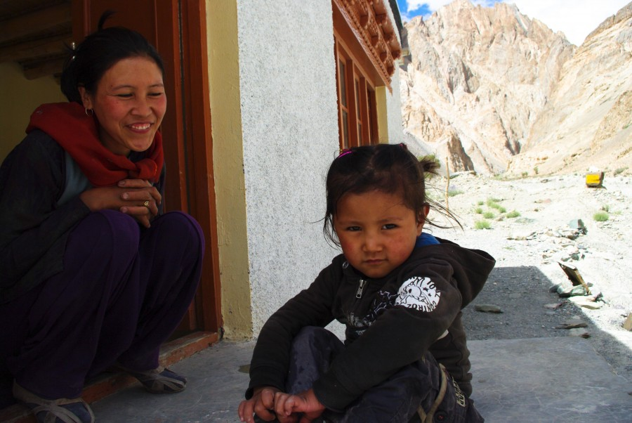 Мама с дочкой в деревне, Гималаи, Индия