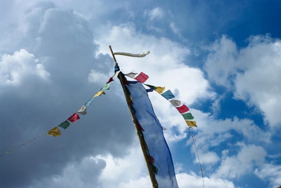 Молитвенные флажки на фоне неба