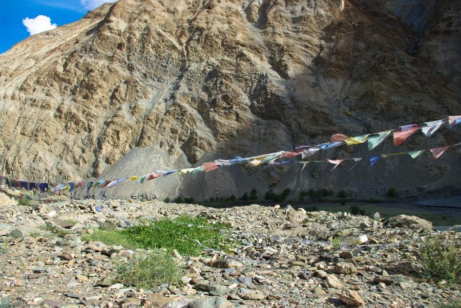 Молитвенные флажки в горах Гималаи, Индия