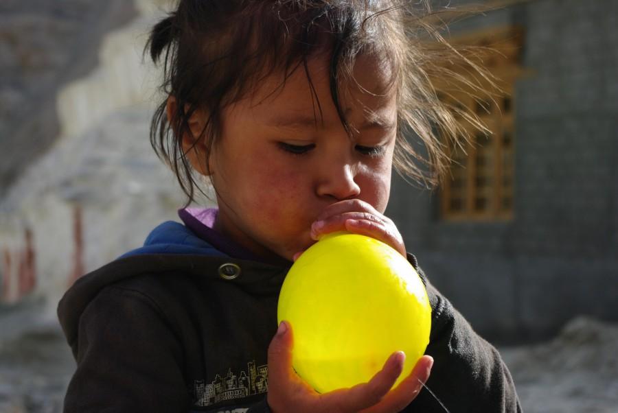 Деревенская девочка надувает шарик, Гималаи