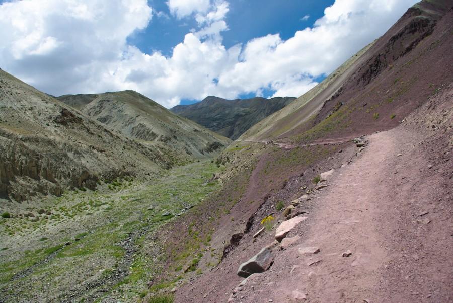 Тропа меж гор в Ладакхе
