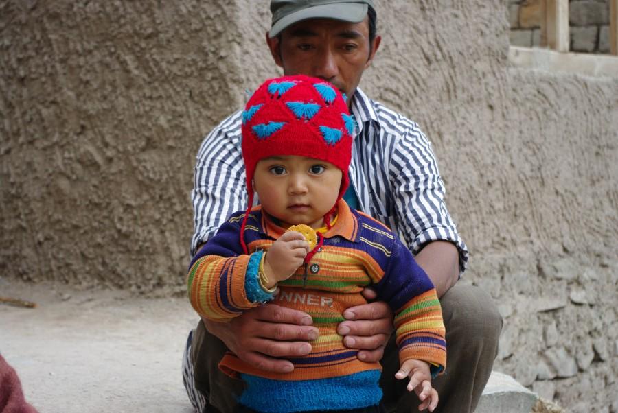 Мужчина с ребенком в Ладакхе
