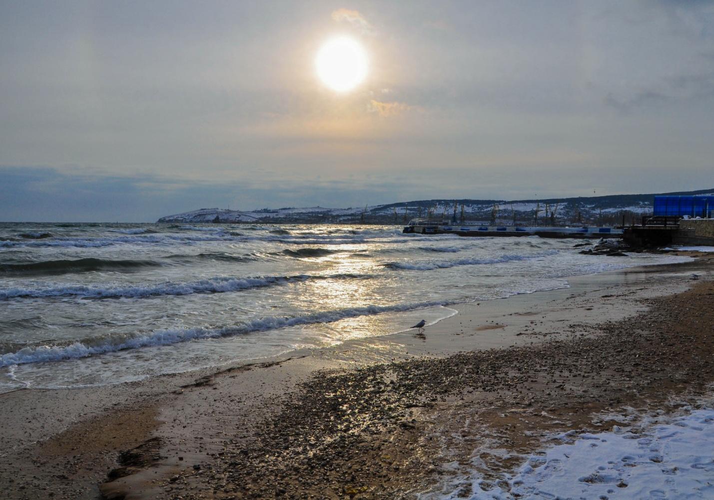 Море и пляж зимой в Феодосии, Крым