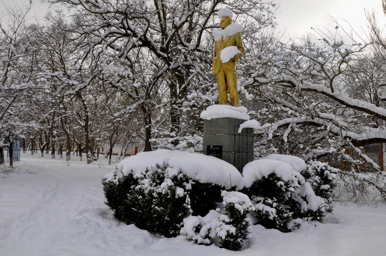 Памятник Петру Лазаревичу Войкову зимой в Керчи, Крым