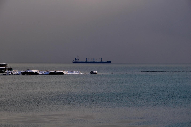 Корабль в зимнем Черном море