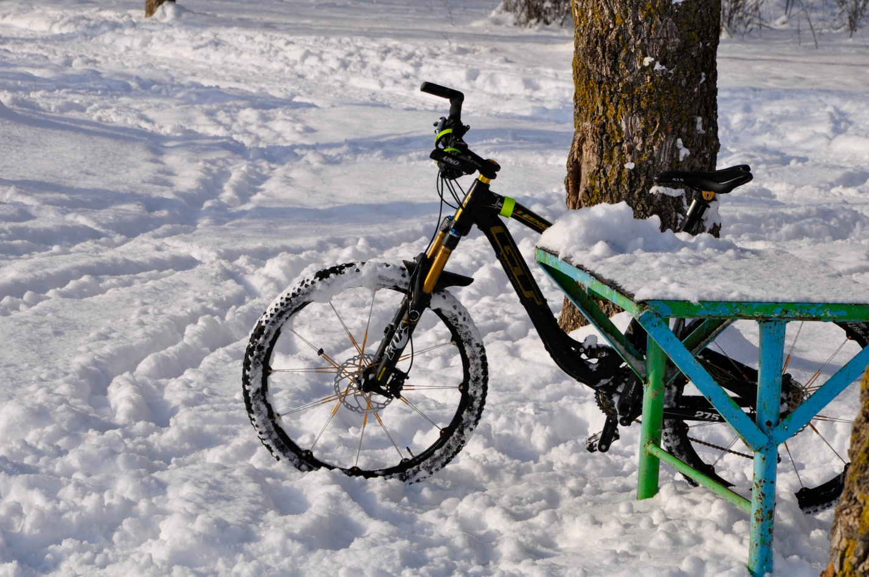 Велосипед в снегу в парке
