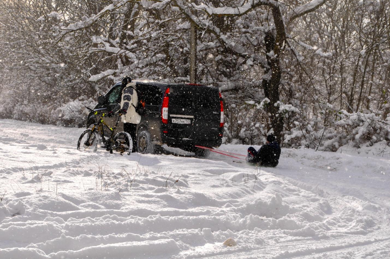 На санках за машиной по снегу