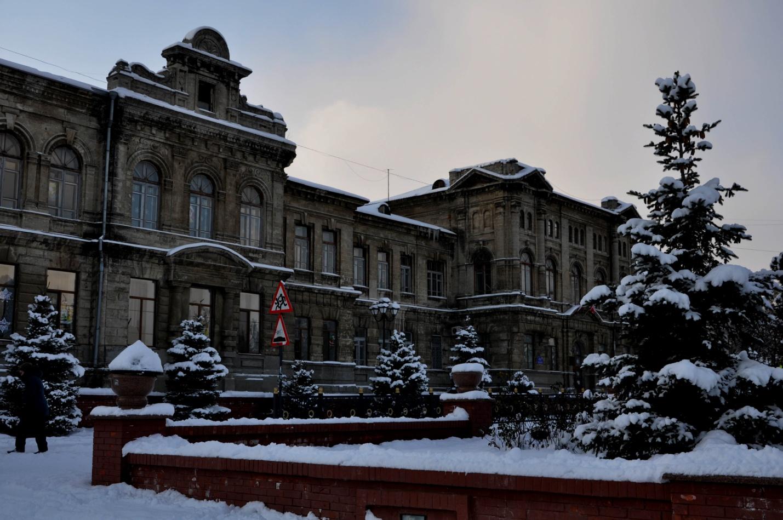 Красивое здание зимой в Керчи, Крым