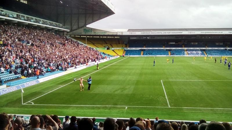 Голый мужик на футбольном поле во время матча, Англия, Лидс