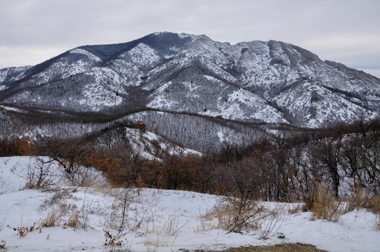 Красивые снежные горы в Крыму