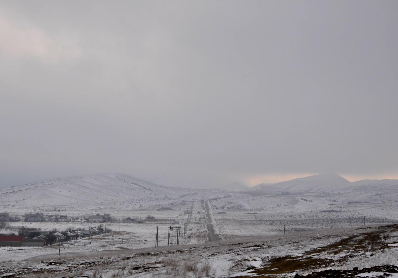 Зимняя снежная дорога в Крыму