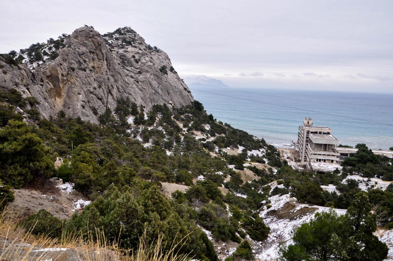 Заброшенное здание у берега в Крыму. Новый Свет