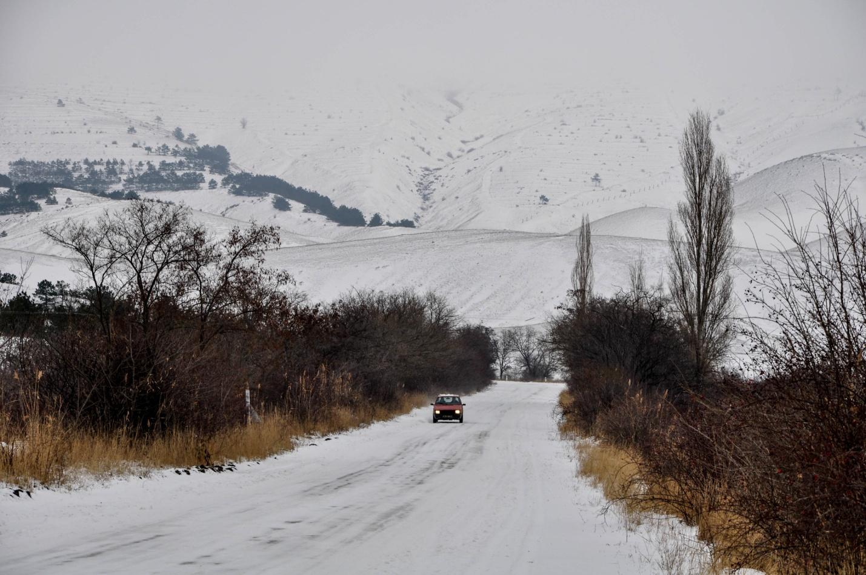 Снежная дорога около Кудыкиных гор, Крым