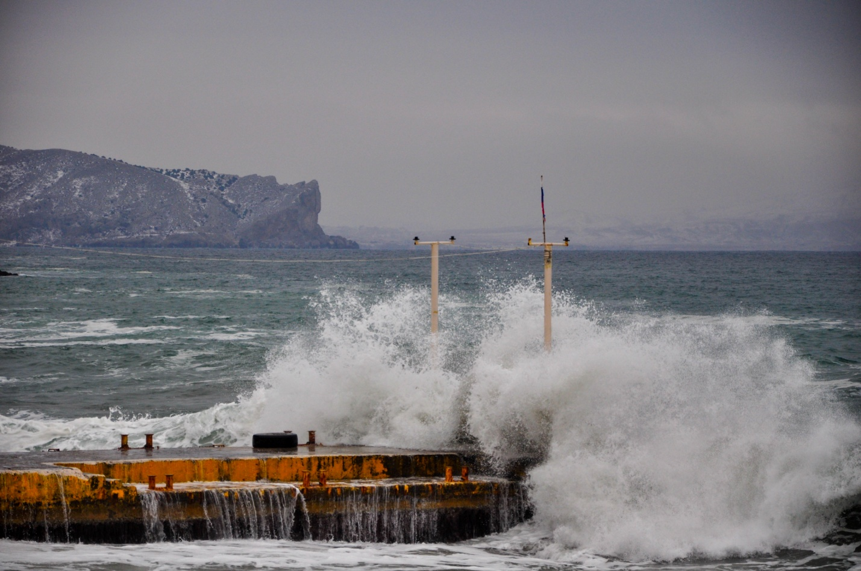 Бушуещее зимнее море на фоне снежных гор, Новый Свет, Крым