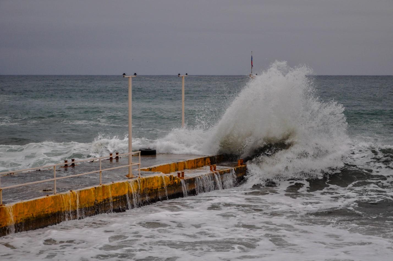 Зимнее море разбивается об пирс. Новый Свет, Крым