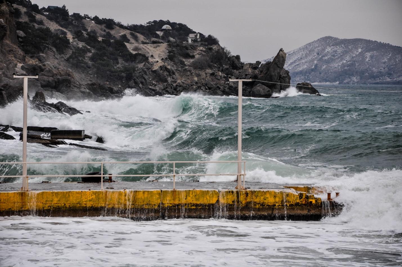 Бушующее зимнее море на фоне гор, Новый Свет, Крым