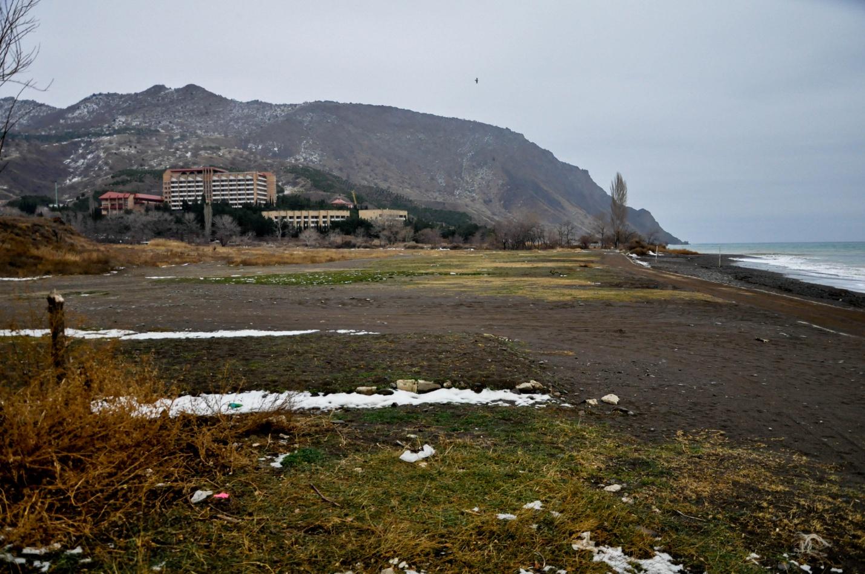 Пустой зимний пляж в селе Морское, Крым