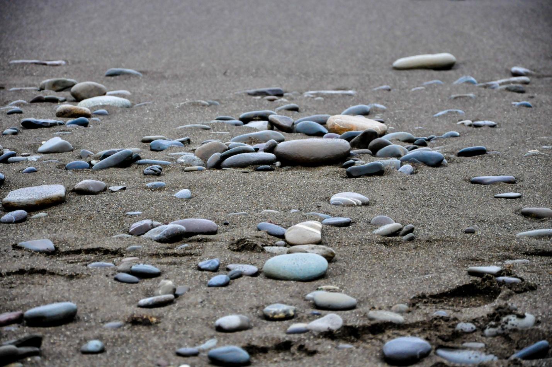 Камни на песке на пляже
