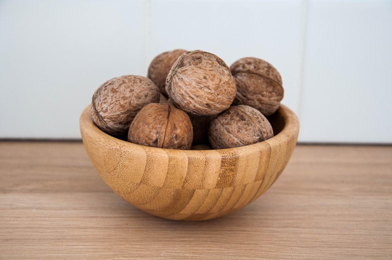 Грецкие орехи в деревянной тарелке